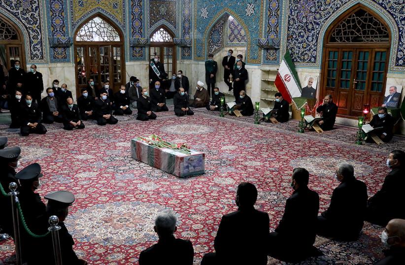 Les serviteurs du sanctuaire sacré de l'Imam Reza portent le cercueil du scientifique nucléaire iranien Mohsen Fakhrizadeh, à Mashhad, Iran, le 29 novembre 2020 (crédit photo: REUTERS)