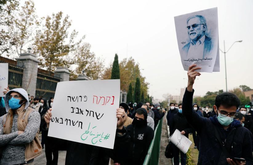 Un manifestant tient une photo de Mohsen Fakhrizadeh, le plus grand scientifique nucléaire iranien, lors d'une manifestation contre son assassinat à Téhéran, Iran, le 28 novembre 2020 (crédit photo: MAJID ASGARIPOUR / WANA (WEST ASIA NEWS AGENCY) VIA REUTERS)