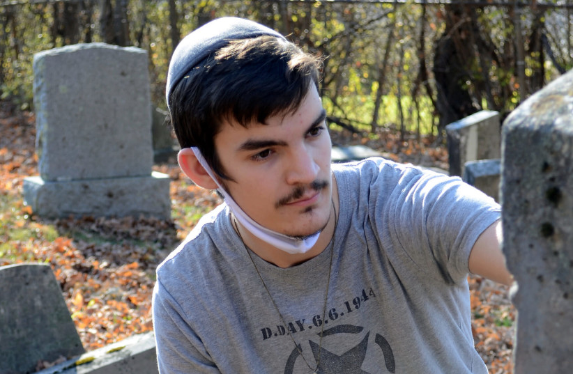 High-school student attempts to preserve Vermont's oldest Jewish cemetery
