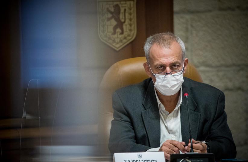 Le tsar israélien du coronavirus, le professeur Nachman Ash, vu lors d'une visite à la municipalité de Jérusalem le 22 novembre 2020 (crédit photo: YONATAN SINDEL / FLASH 90)