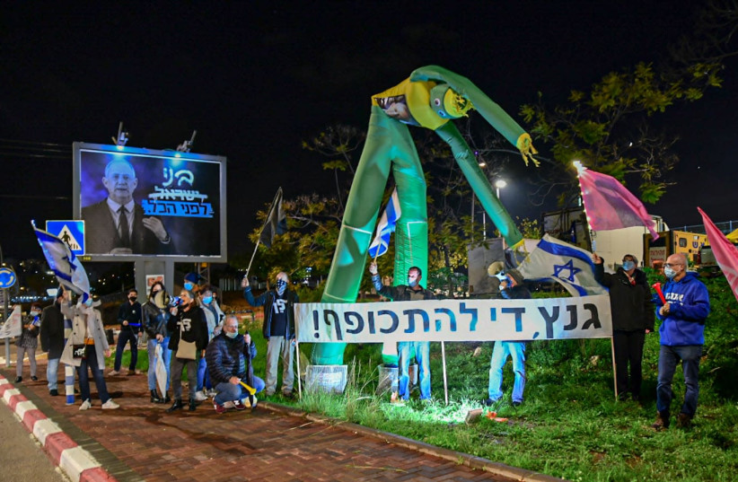 Dozens of protesters gather outside of Defense Minister Benny Gantz' private residence in Rosh HaAyin, Thursday, December 17, 2020. (photo credit: BEN COHEN)