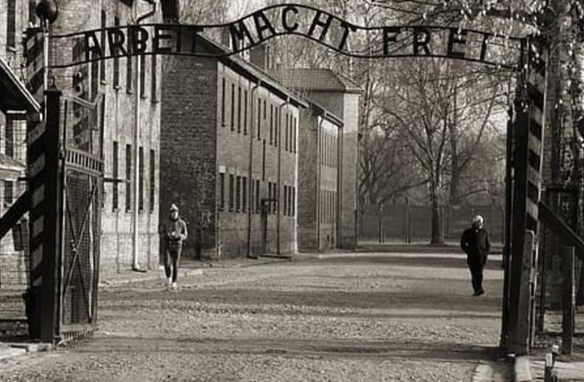 La porte principale d'Auschwitz avec le slogan 'Arbeit Macht Frei' (crédit photo: PIKREPO)