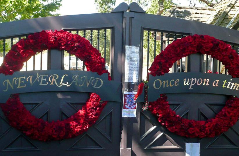 Neverland gates (photo credit: WIKIPEDIA)