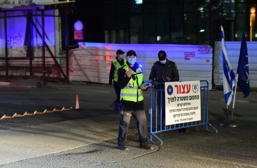 Police officers enforcing third lockdown on inter-city roads  (photo credit: AVSHALOM SASSONI/ MAARIV)