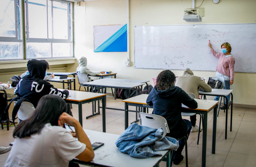 Israeli students arrive to school, at a high school in the southern Israeli city of Ashdod, November 29, 2020. (photo credit: FLASH90)