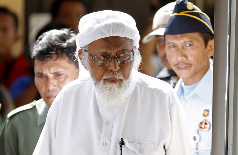 Indonesian radical Muslim cleric Abu Bakar Bashir enters a courtroom for the first day of an appeal hearing in Cilacap, Central Java province, January 12, 2016. (photo credit: DARREN WHITESIDE / REUTERS)