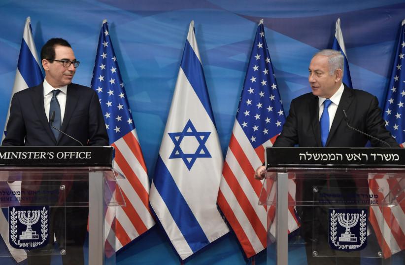 El primer ministro Benjamin Netanyahu y el secretario del Tesoro de Estados Unidos, Steven Mnuchin (Crédito: KOBI GIDEON / GPO)