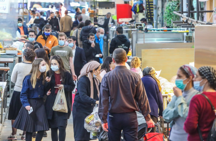 Israelis are seen shopping in Jerusalem's Mahane Yehuda market before the country goes into full lockdown, on January 7, 2021. (photo credit: MARC ISRAEL SELLEM/THE JERUSALEM POST)