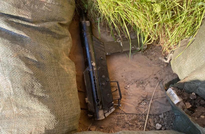 """L'arme - une mitraillette """"Carlo"""" - lâchée par les terroristes alors qu'ils tentaient de s'échapper des lieux de la tentative d'attaque à la percussion contre des soldats de Tsahal, le samedi 9 janvier 2020. (Crédit photo: UNITÉ DE L'IDF SPOKESMAN)"""