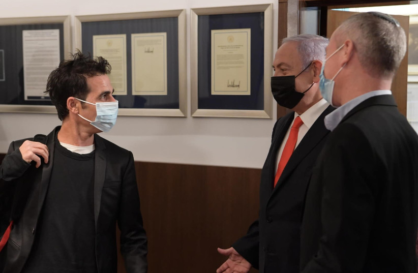 Israel musician Aviv Geffen, acting as a representative of Israeli artists, and Prime minister Benjamin Netanyahu meet to discuss aid for Israeli artists during the coronavirus pandemic. (photo credit: AMOS BEN-GERSHOM/GPO)