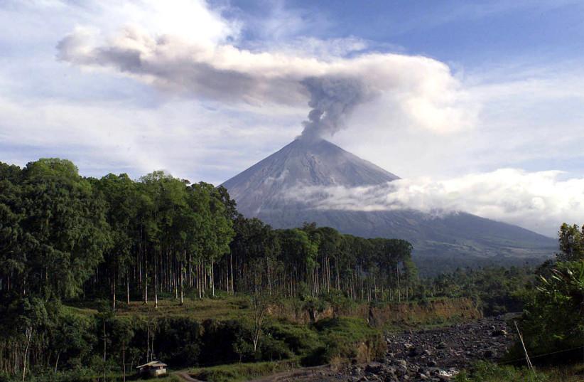 Indonesia's Mount Semeru volcano spews smoke, 195 km (121 miles) southeast of Surabaya, the capital of East Java, August 14, 2004. (photo credit: REUTERS/SIGIT PAMUNGKAS SUPRI)