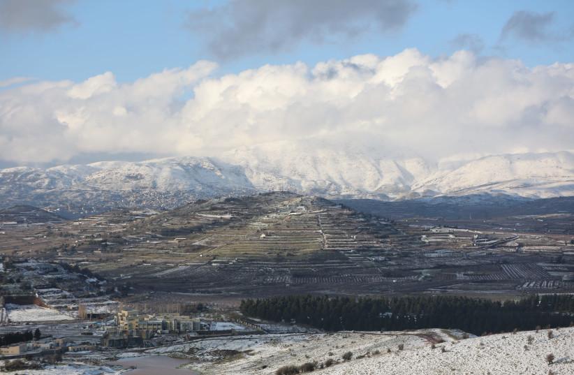 Vue du mont Hermon recouvert de neige vu du nord du plateau du Golan, près de la frontière avec la Syrie, le 20 janvier 2021 (crédit photo: MAOR KINSBURSKY / FLASH90)