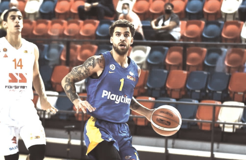 MACCABI TEL AVIV point guard Scottie Wilbekin scored 15 points to go along with 10 assists on Tuesday night, but his effort wasn't enough to prevent the yellow-and-blue from falling to a 82-75 Euroleague defeat at Fenerbahce. (photo credit: DOV HALICKMAN PHOTOGRAPHY)