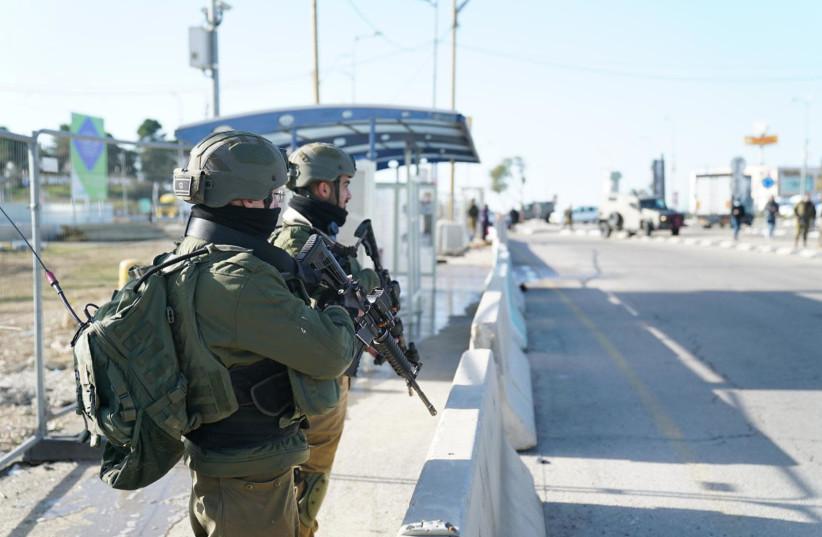 Des soldats de Tsahal sur les lieux d'une tentative d'attaque à l'arme blanche dans le Gush Etzion, 31 janvier 2021 (crédit photo: UNITÉ DU PORTE-PAROLE DE L'IDF)