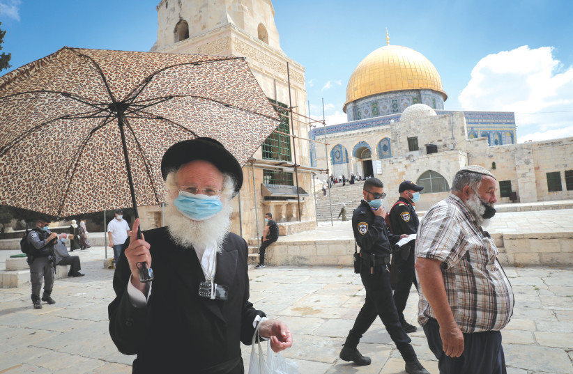 ISRAELI SECURITY forces escort a group of Jews during a visit to the Temple Mount in Jerusalem's Old City, in August 2020. (photo credit: YOSSI ZAMIR/FLASH90)