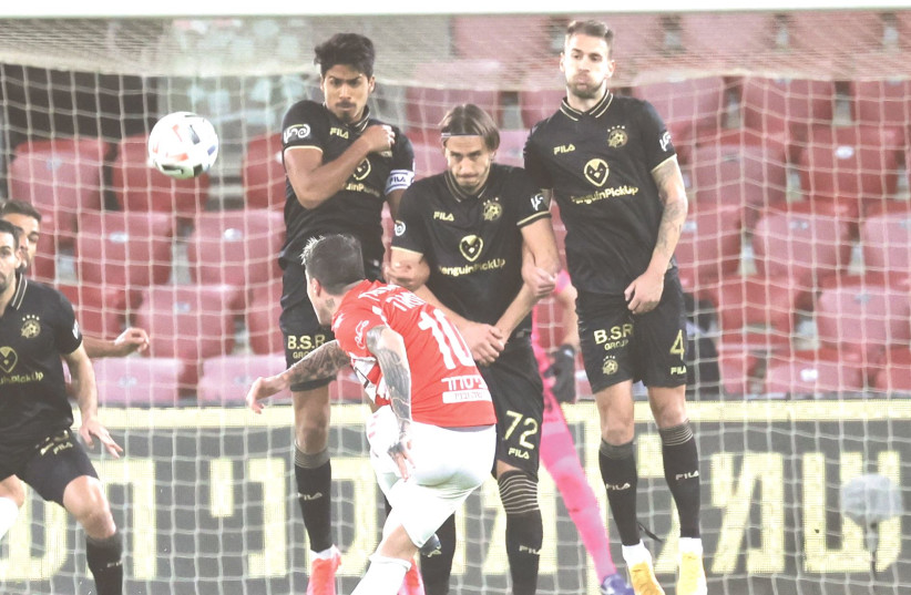MACCABI TEL AVIV'S defense stood tall on Monday night at Turner Stadium, leading the yellow-and-blue to a 1-0 away victory over Hapoel Beersheba. (photo credit: DANNY MARON)