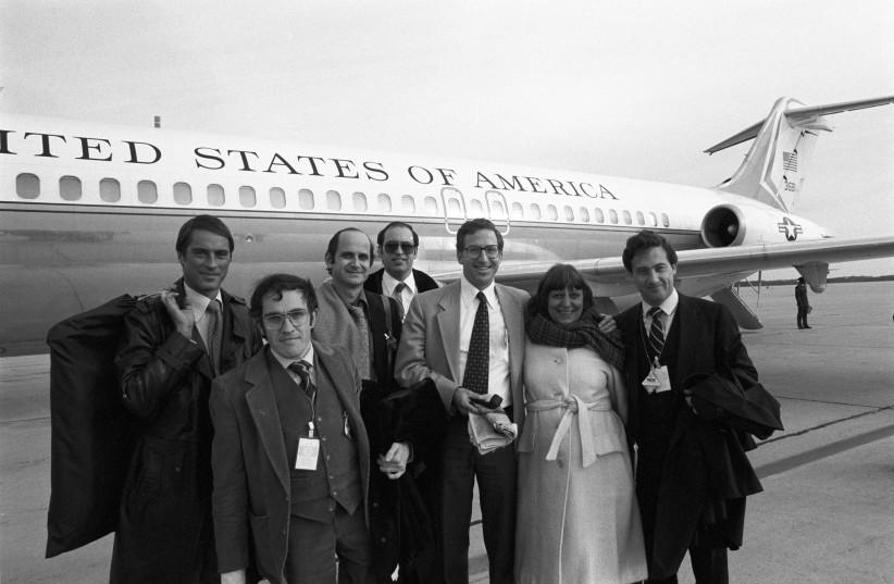BEN YISHAI (à droite) était alors correspondant à Washington de «Yediot Aharonot» et voyageait avec le président américain Jimmy Carter sur Airforce 1. (Crédit photo: COURTOISIE RON BEN YISHAI)