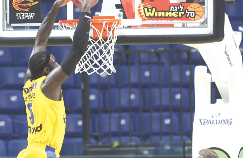 MACCABI TEL AVIV big man Othello Hunter throws down an alley-oop on a pass from John DiBartolomeo during the yellow-and-blue's 100-81 victory over Holon .  (photo credit: DANNY MARON)