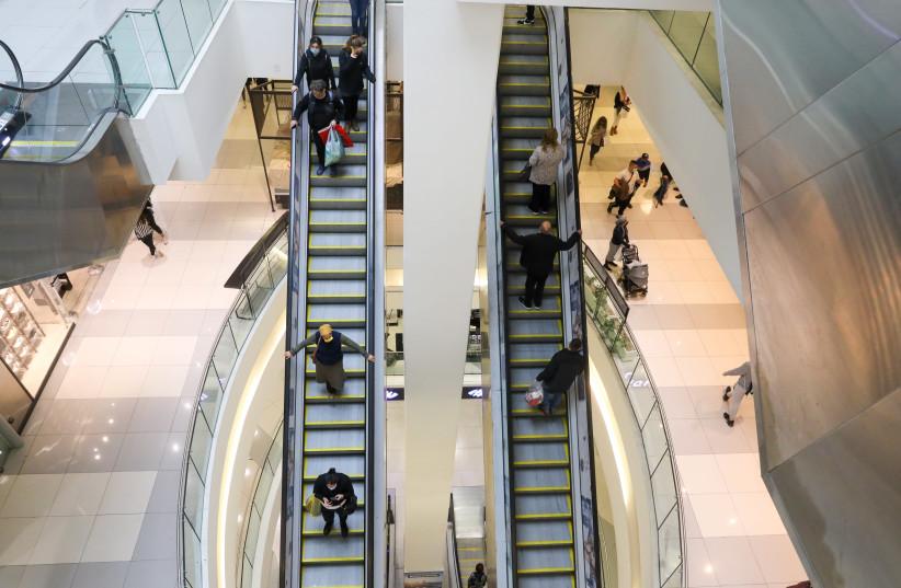 Um shopping em Israel é inaugurado após o terceiro bloqueio por coronavírus no país.  (crédito da foto: MARC ISRAEL SELLEM)