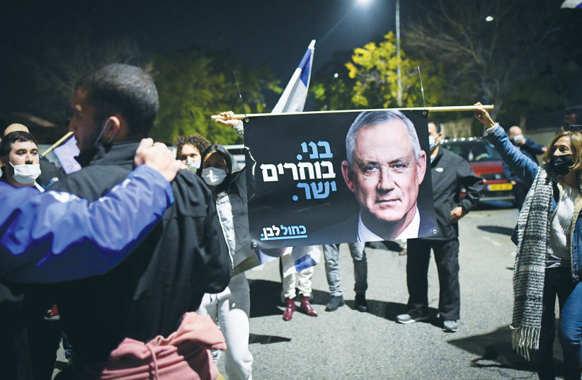 SUPPORTERS OF Defense Minister Benny Gantz rally outside his home in Rosh Ha'ayin on Tuesday. (photo credit: AVSHALOM SASSONI/FLASH90)