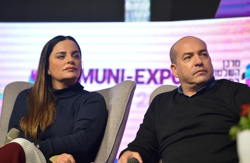 Israeli journalist Ofira Asayag (L) and former Israeli footballer Eyal Berkovic at the annual international Municipal Innovation Conference in Tel Aviv, on February 27, 2019. (photo credit: FLASH90)