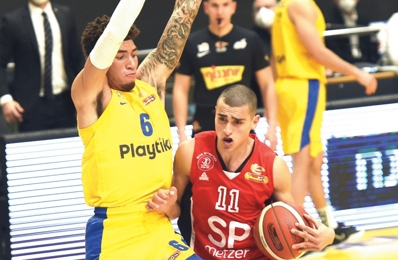YAM MADAR (right) put up a valiant effort for Hapoel Tel Aviv, but the Reds couldn't hold off Sandy Cohen (left) and Maccabi Tel Aviv in an 80-77 derby defeat.  (photo credit: BERNEY ARDOV)