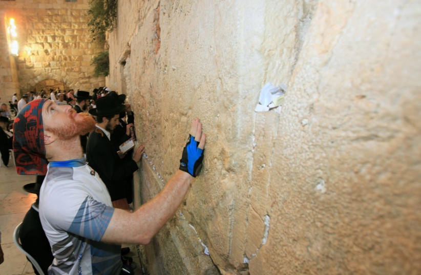 "Roei ""Jinji"" Sadan arrives at the Western Wall at the end of his around-the-world journey. (photo credit: MARC ISRAEL SELLEM)"