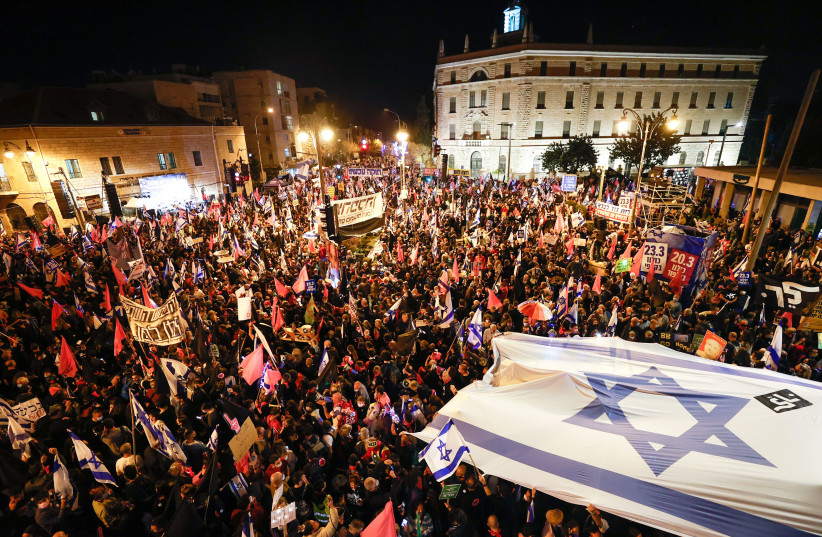 Israelis protest against Israeli prime minister Benjamin Netanyahu, near the Prime Minister's official residence in Jerusalem on March 20, 2021, a few days befire the Israeli general elections.  (photo credit: YONATAN SINDEL/FLASH 90)