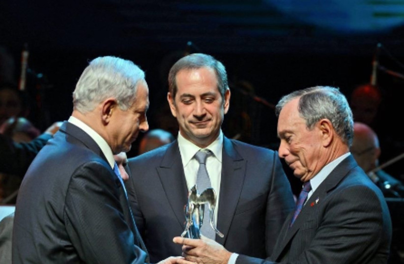 Michael  Bloomberg receiving Genesis Prize from Israeli Prime Minister Benjamin Netanyahu and Genesis Prize Chairman Stan Polovets (photo credit: MOSHE MILNER)