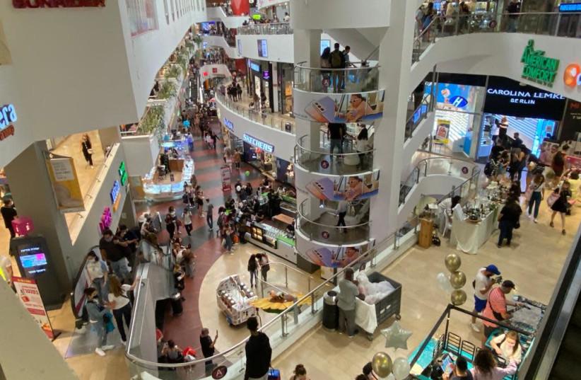 Dizengoff Mall on Election Day, March, 2021 (credit: AVSHALOM SASSONI/MAARIV)