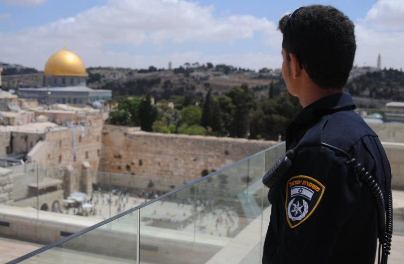 Police officer looking at the Dome of the Rock  (photo credit: POLICE SPOKESPERSON'S UNIT)