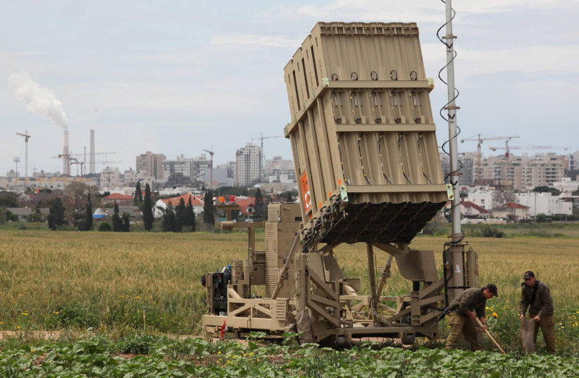 IDF SOLDIERS near The Iron Dome anti-missile system near Ashkelon, 2011. (photo credit: EDI ISRAEL/FLASH90)