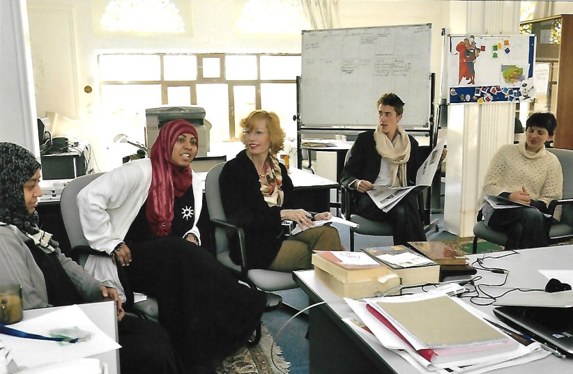 Nadia Al-Sakkaf and The Media Line's Felice Friedson run a journalism workshop in the offices of The Yemen Times in 2011. (photo credit: THE MEDIA LINE)