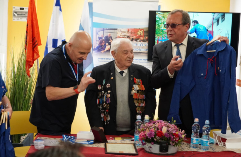 The government of Russia gave Israeli youth group HaNoar HaOved VeHaLomed an award for their educational activity about World War II veterans (photo credit: HANOAR HAOVED VEHALOMED)