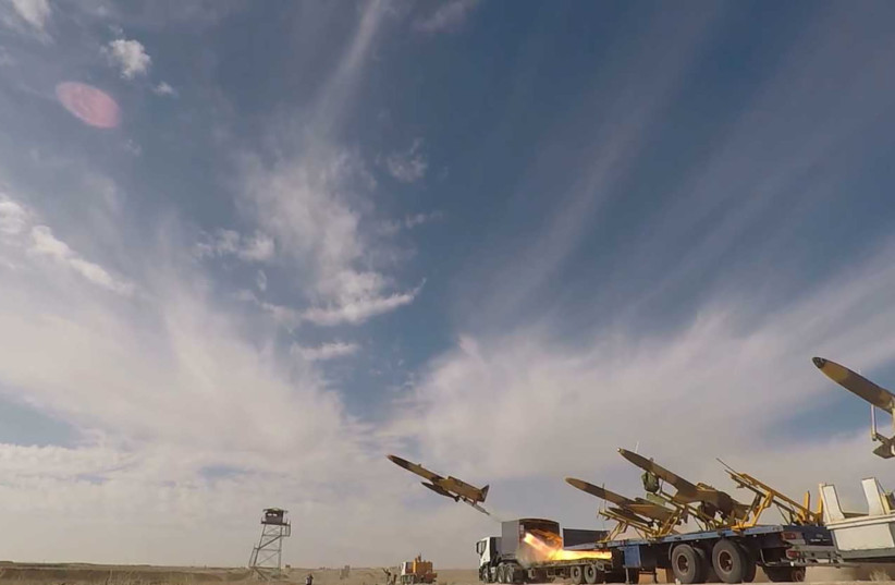 Un drone est lancé lors d'un exercice de combat de drones à grande échelle de l'armée de la République islamique d'Iran, à Semnan, Iran, le 6 janvier 2021 (crédit photo : IRANIAN ARMY/WANA/REUTERS)