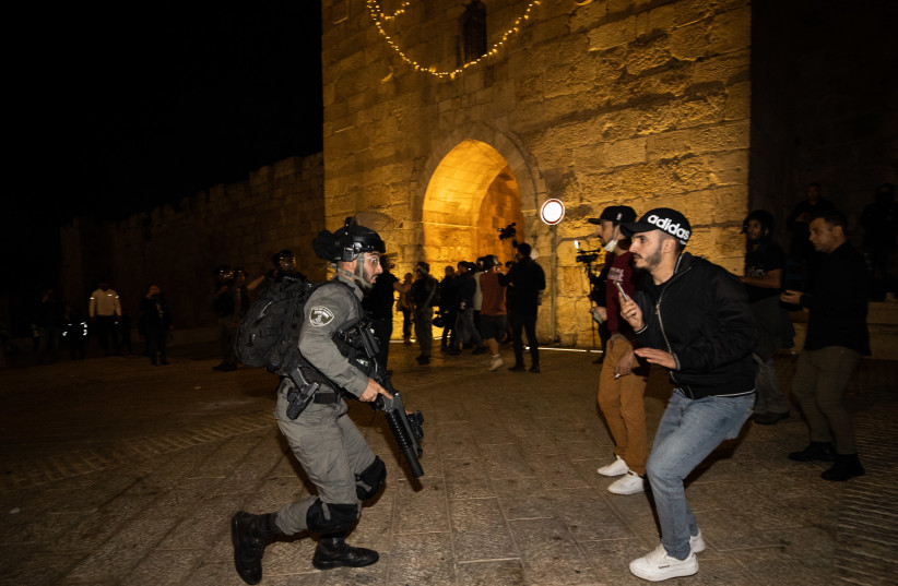 Israeli police officers clash with Arabs outside the Damascus Gate in Jerusalem's Old City, during the holy Muslim month of Ramadan. April 24, 2021. (photo credit: YONATAN SINDEL/FLASH90)