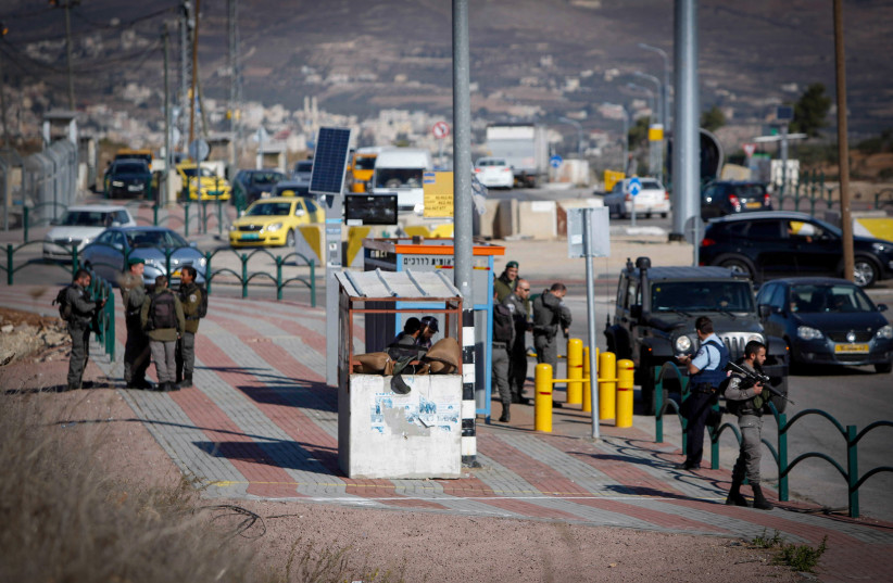 Israeli soldiers secure the scene after a Palestinian assailant attempting to stab Israeli guards at a junction near the West Bank city of Nablus, was shot and killed by Israeli soldiers. December 8, 2016.  (photo credit: NASSER ISHTAYEH/FLASH90)