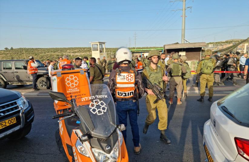 Les FDI et les unités médicales au carrefour de Tapuah en Cisjordanie après des coups de feu sur des civils, le 2 mai 2021 (Crédit photo: UNITED HATZALAH)