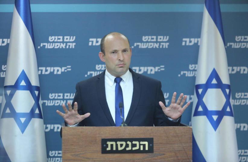 Le président de Yamina, Naftali Bennett, s'adresse à la faction du parti à la Knesset, le 3 mai 2021 (Crédit photo : MARC ISRAEL SELLEM/THE JERUSALEM POST)