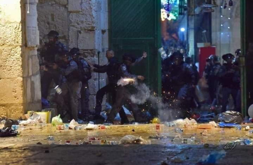 Border Police officers clash with worshipers at the Temple Mount, Friday, May 7, 2021.  (photo credit: POLICE SPOKESPERSON'S UNIT)