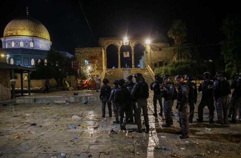 La police anti-émeute israélienne affronte des fidèles palestiniens dans l'enceinte de la mosquée Al-Aqsa dans la vieille ville de Jérusalem le 7 mai 2021 (crédit photo: JAMAL AWAD / FLASH90)