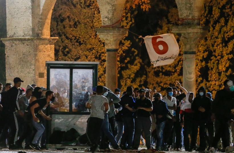 Affrontements entre la police israélienne et des émeutiers devant la mosquée al-Aqsa sur le mont du Temple (crédit : JAMAL AWAD/FLASH90)