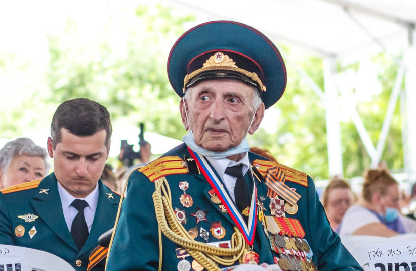 Some five hundred Jewish Israeli veterans of the Soviet Red Army, their children and grandchildren, IDF soldiers and Israeli youth movement members turned out in Jerusalem on Sunday to mark the Soviet and allied victory over Nazi Germany in the Second World War. (photo credit: NOGA MALSA)