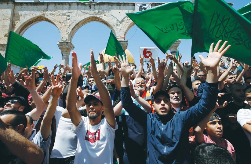 Les manifestants se réunissent vendredi pour protester contre l'expulsion possible de plusieurs familles palestiniennes de maisons situées sur des terres revendiquées par des nationalistes juifs dans le quartier de Sheikh Jarrah à Jérusalem-Est.  (crédit photo: JAMAL AWAD / FLASH90)
