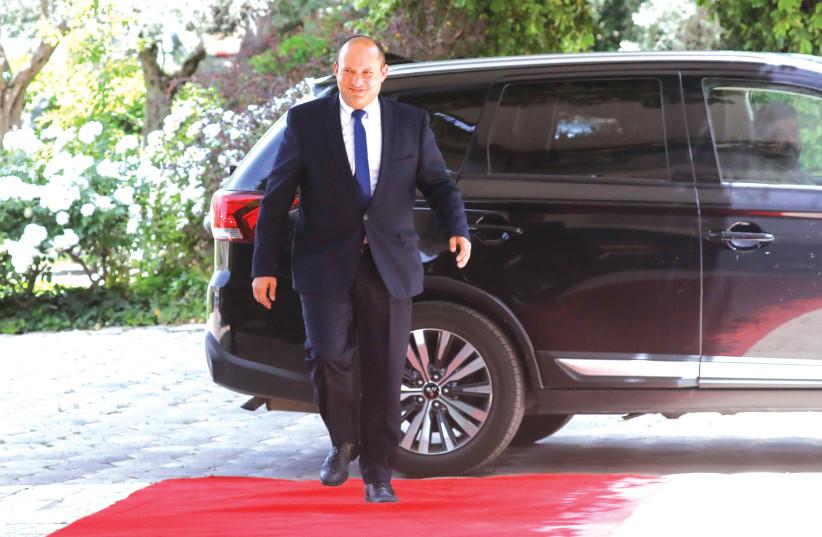 O chefe do partido YAMINA, Naftali Bennett, chega à residência do presidente em Jerusalém na última quarta-feira para discutir o recebimento de um possível mandato para formar um novo governo.  (crédito da foto: OLIVIER FITOUSSI / FLASH90)