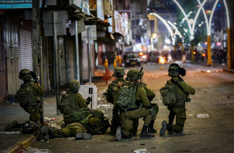 Affrontements entre l'armée israélienne et des Palestiniens dans la ville cisjordanienne d'Hébron le 12 mai 2021. (Crédit photo : WISAM HASHLAMOUN/FLASH90)