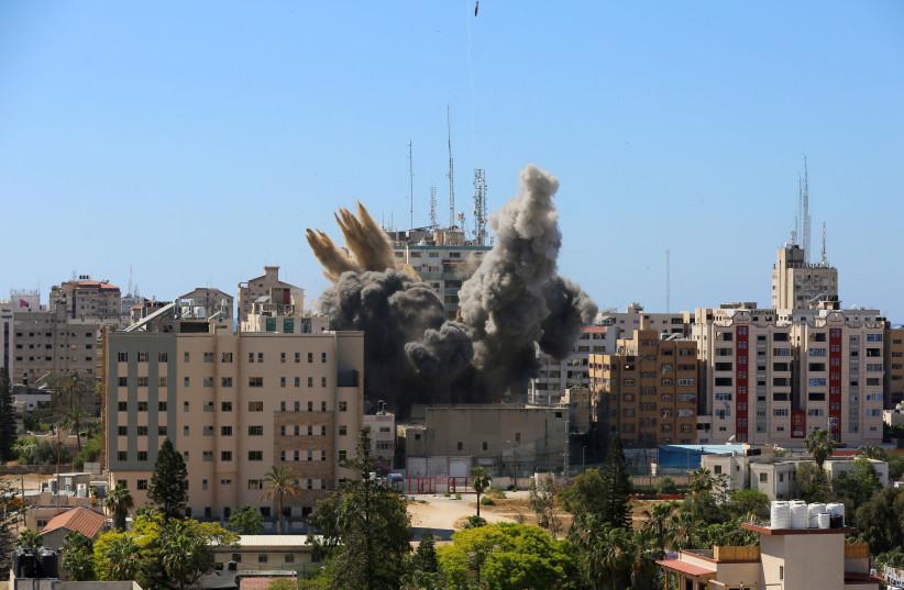 Ohjus putoaa savun noustessa lähellä tornia, jossa on AP, Al Jazeeran toimistot (C) israelilaisten ohjusiskujen aikana Gazan kaupungissa, 15. toukokuuta 2021.