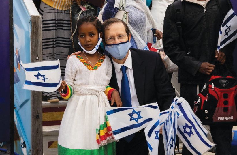 JEWISH AGENCY Chairman of the Executive Isaac Herzog welcomes Ethiopian olim in Operation Zur Israel (photo credit: JEWISH AGENCY)