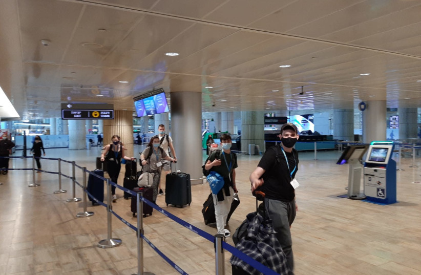First birthright group lands in Ben-Gurion Airport after year-long pause. (photo credit: BIRTHRIGHT ISRAEL)