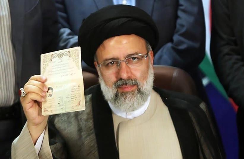 Le chef du pouvoir judiciaire iranien Ebrahim Raisi est vu s'inscrire pour les élections présidentielles iraniennes de 2017.  (Crédit photo : Wikimedia Commons)